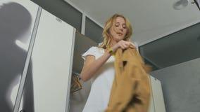 Kobiet zmiany odziewają w przebieralni w sporta centrum zdjęcie wideo
