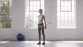 Kobieta ćwiczy doskonalić kucnięcia w sprawności fizycznej studiu zdjęcie wideo