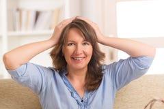 Kobieta ćwiczy energetyczną medycynę zdjęcie royalty free