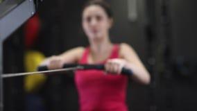 Kobieta Ćwiczy Na Wioślarskiej maszynie W Gym zdjęcie wideo
