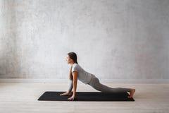 Kobieta ćwiczy postępowy joga Serie joga pozy Obrazy Royalty Free