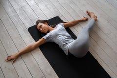 Kobieta ćwiczy postępowy joga Serie joga pozy Obrazy Stock