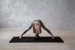 Kobieta ćwiczy postępowy joga Serie joga pozy Zdjęcie Stock