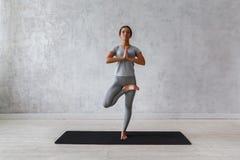 Kobieta ćwiczy postępowy joga Serie joga pozy Fotografia Royalty Free