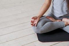 Kobieta ćwiczy postępowy joga Serie joga pozy Obraz Royalty Free