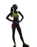 Kobieta ćwiczy sprawność fizyczną stoi przyglądającą oddaloną sylwetkę obrazy royalty free