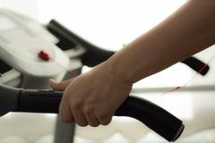 Kobieta ćwiczy sprawności fizycznej gym obraz royalty free