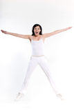 Kobieta ćwiczy trening rozciągliwości skok szczęśliwego Zdjęcia Royalty Free
