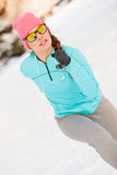 Kobieta ćwiczy wśród śniegu i lodu Zdjęcia Royalty Free