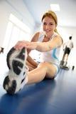 Kobieta ćwiczy w sprawność fizyczna pokoju fotografia royalty free