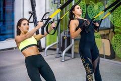 Kobieta ćwiczy z zawieszenie patkami w sprawności fizycznej zdjęcie royalty free