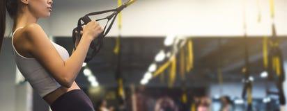 Kobieta ćwiczy z zawieszenie trenerem w gym, kopii przestrzeń obrazy stock