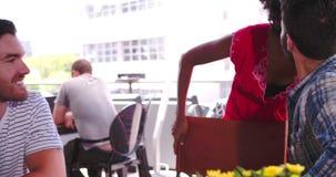 Kobieta Łączy grupy przyjaciele Siedzi Przy stołem W sklep z kawą zbiory wideo