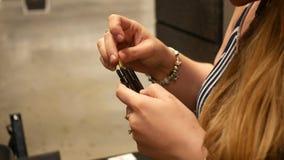 Kobieta ładuje pociski w armatniego klamerka magazyn przy ostrzału pasmem zbiory wideo