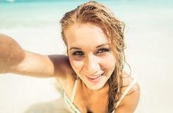 Kobieta łgarski puszek na białym piasku zdjęcie royalty free