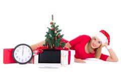 Kobieta łgarski puszek z zegarem, notatnikiem, choinką i prezentami, Fotografia Stock