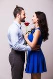 Kobieta ściska jej chłopaka trzyma róży Obrazy Royalty Free