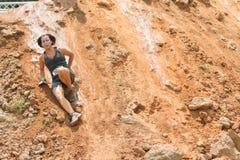 Kobieta Ślizga się puszka brudu Zręcznego wzgórze W przeszkoda kursu rasie Fotografia Royalty Free