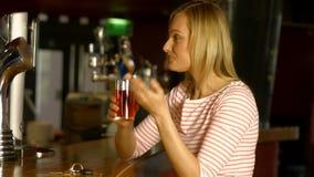 Kobieta śmia się przy barem zbiory wideo