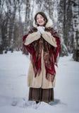 Kobieta śmia się w zimnym zima dniu outdoors w śnieżnym parku fotografia stock