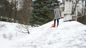 Kobieta śniegu czysty dach zdjęcie wideo