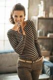 Kobieta śpiew z mikrofonem w loft Zdjęcie Royalty Free