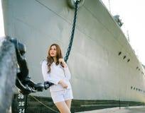 Kobieta żeglarza pozycja Fotografia Stock