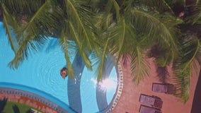 Kobieta żegluje na boja w basenie z słońca odbiciem zbiory wideo