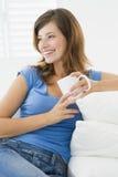 kobieta żyje pokoju kawowa fotografia royalty free