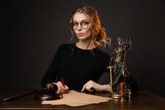 Kobieta adwokata znaka sądowi dokumenty, stan Justies są na stole przed ładnym kobieta adwokatem, adwokat zdjęcie stock