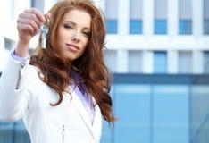 Kobieta agent daje out kluczowi Zdjęcie Stock