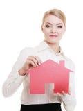 Kobieta agenta nieruchomości mienia papieru dom Zdjęcia Royalty Free