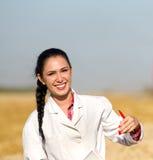 Kobieta agronom w pszenicznym polu Obraz Stock