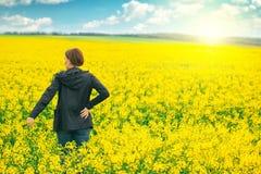 Kobieta agronoma pozycja w polu kwitnienie kultywował rapese Zdjęcie Stock