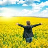 Kobieta agronoma pozycja w polu kwitnienie kultywował rapese Zdjęcia Royalty Free