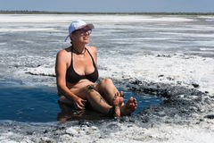 Kobieta akceptuje kuracyjnych borowinowych skąpania na jeziornym Elton Fotografia Royalty Free