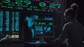 Kobieta akcyjny makler pracuje w futurystycznym biurze Obraz Royalty Free