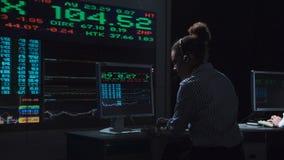 Kobieta akcyjny makler pracuje w futurystycznym biurze Obraz Stock