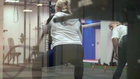 Kobieta aktywnie angażuje w gym ćwiczeniach z bojowymi arkanami podczas Cross-fitness/natężenia interwału szkolenia zbiory wideo
