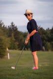 Kobieta, amator, bawić się golfa obrazy stock