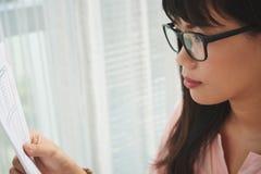 Kobieta analizuje dane fotografia stock