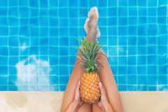 Kobieta ananasowy owocowy pływacki basen tropikalny Zdjęcia Royalty Free