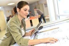 Kobieta architekt pracuje na planie Fotografia Stock