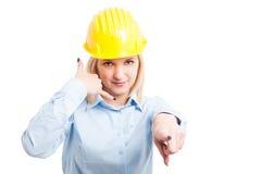 Kobieta architekt wskazuje ja i pokazuje wezwaniu gest zdjęcie stock
