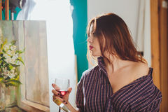 Kobieta artysta maluje obrazek w studiu Kreatywnie zadumany pa Zdjęcia Stock