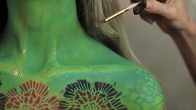 Kobieta artysta robi aquagrim twarzy sztuce na Halloween kitkach zielenieje strasznych wspaniałych rhinestones zredukowanych Meks zbiory