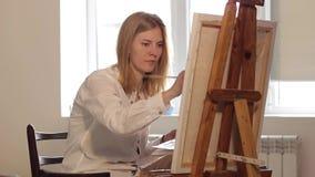 Kobieta artysty obrazu akwarela maluje obsiadanie okno zbiory