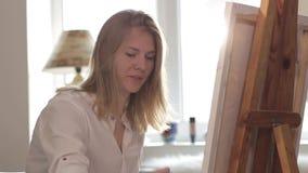 Kobieta artysty obrazu akwarela maluje obsiadanie okno zdjęcie wideo
