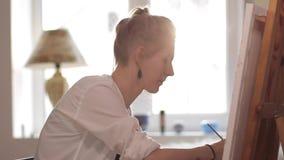 Kobieta artysty obrazu akwarela maluje obsiadanie okno zbiory wideo