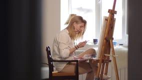 Kobieta artysty obrazu akwareli farby i dotykają jej włosy zbiory wideo
